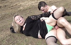 Mature woman fucking in the outdoors in front of the camera for money